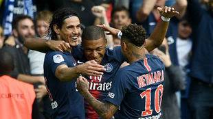 Cavani (31), Mbappé (19) y Neymar (26) celebran un gol