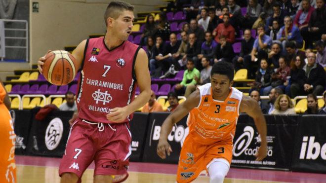 Junior Robinson persigue a Óscar Alvarado en defensa