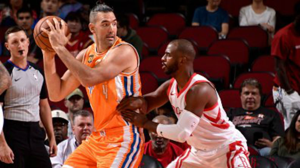 Luis Scola defendido por Chris Paul en el amistoso ante los Rockets