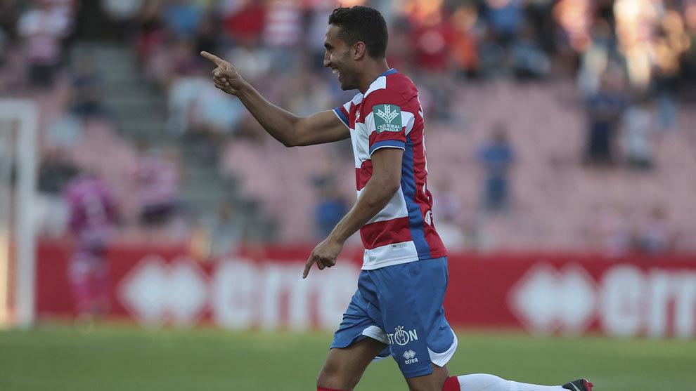 Montoro celebrando un gol con el Granada.