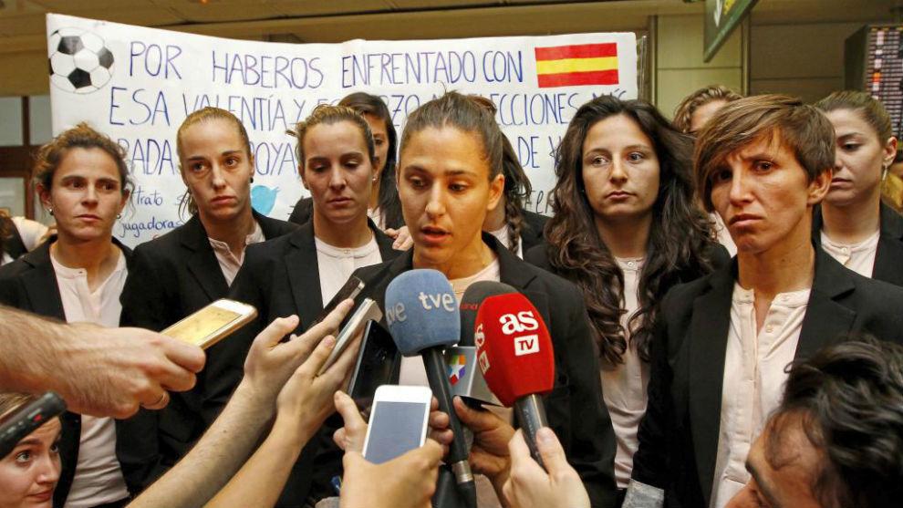 Vero Boquete atiende a los medios de comunicación en el aeropuerto de...