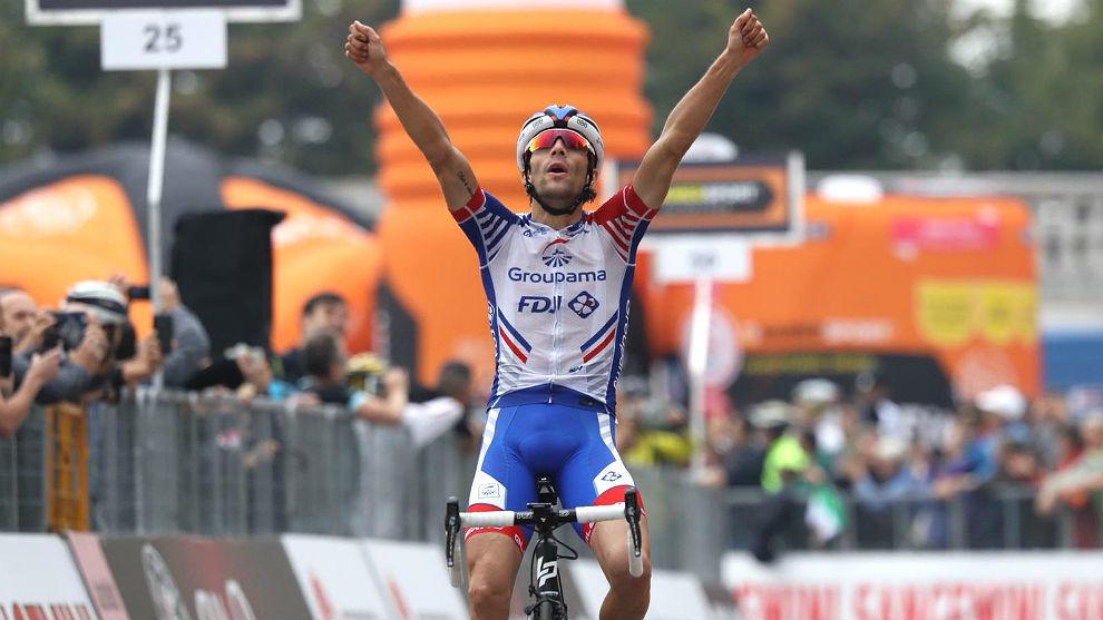 Thibaut Pinot celebra su triunfo en solitario en la Milán-Turín.