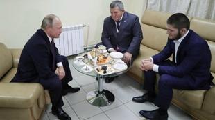Vladimir Putin, junto al luchador Khabib Nurmagomedov y su padre...
