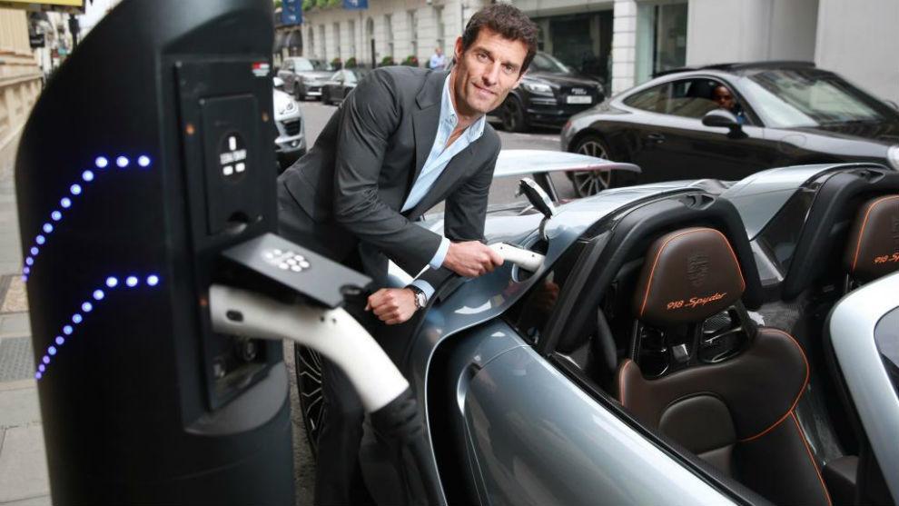 Mark Webber, carga un Porsche híbrido.