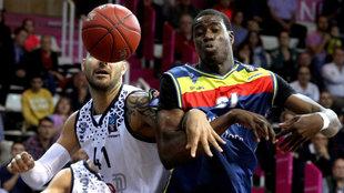 Brian Sacchetti, del Brescia, lucha por el balón con el pívot del...