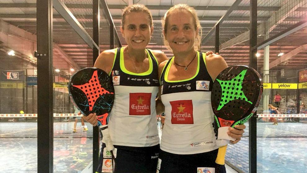 Cecilia Reiter y Carolina Navarro posan tras su primera victoria en...