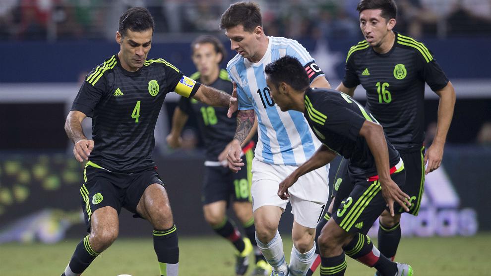 Messi ante México en un amistoso en 2011.