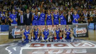 Las jugadoras del Perfumerías Avenida, con el trofeo de la Supercopa...