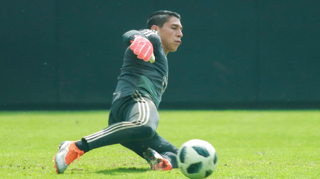 Hugo González se prepara para la portería de México.