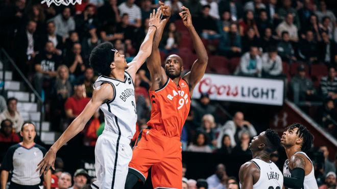 Serge Ibaka lanza por encima de Jarrett Allen
