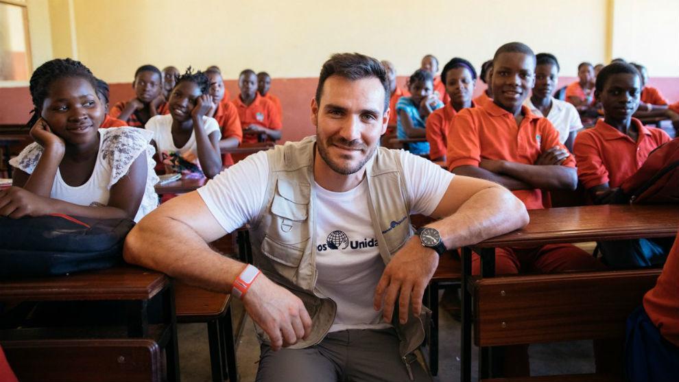 Saúl Craviotto, en una escuela, en su visita a Mozambique