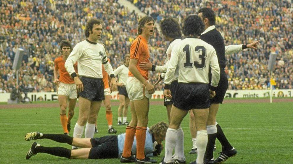 Johan Cruyff discute con el árbitro en la final del Mundial de 1974...