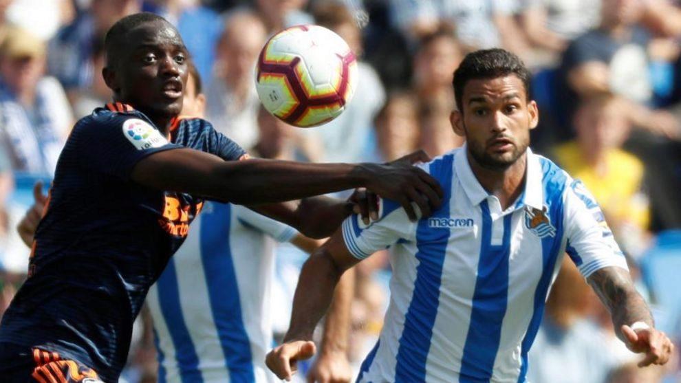 Willian José lucha por un balón con, Diakhaby, en el partido contra...