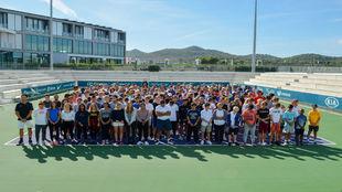 Jugadores y entrenadores de la Rafa Nadal Academy con todo el personal...