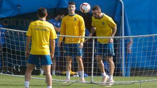 Darder cabecea el balón durante el entrenamiento.