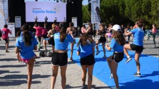 Niñas y jóvenes realizan deporte