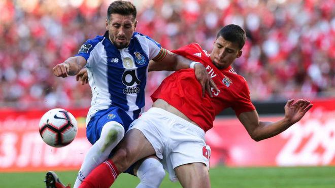 Héctor Herrera disputa un balón en el duelo ante el Benfica