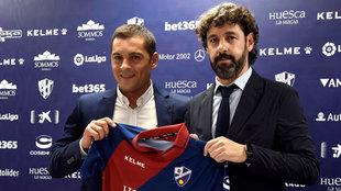 Francisco y Emilio Vega posan en la presentación del entrenador.