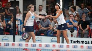 Alejandra Salazar y Marta Marrero se saludan en su debut en el Granada...