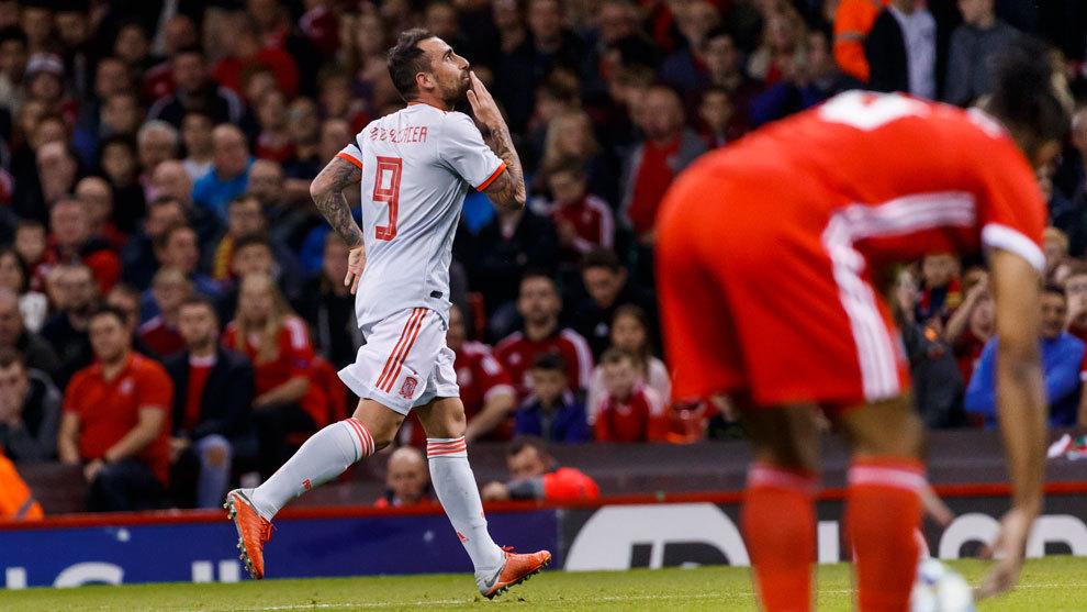 Paco Alcácer celebra el 0-1 en Cardiff