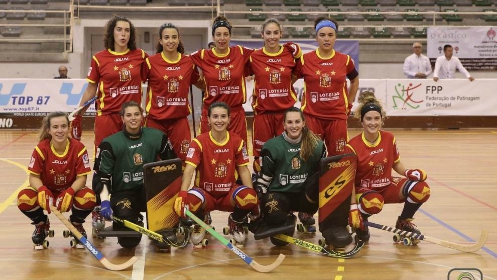 La selección española femenina de hockey patines posa antes del...