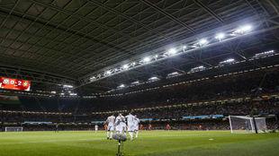 Los jugadores de España celebran uno de sus goles bajo techo.