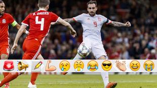 Paco Alcácer, rematando contra Gales