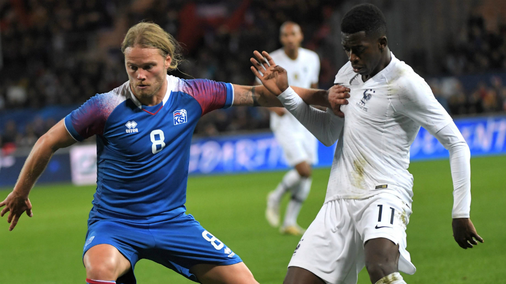 Bjarnason pugna con Dembélé por un balón durante el amistoso.