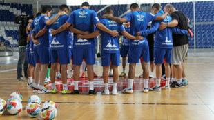 Los jugadores del Palma guardan un minuto de silencio.