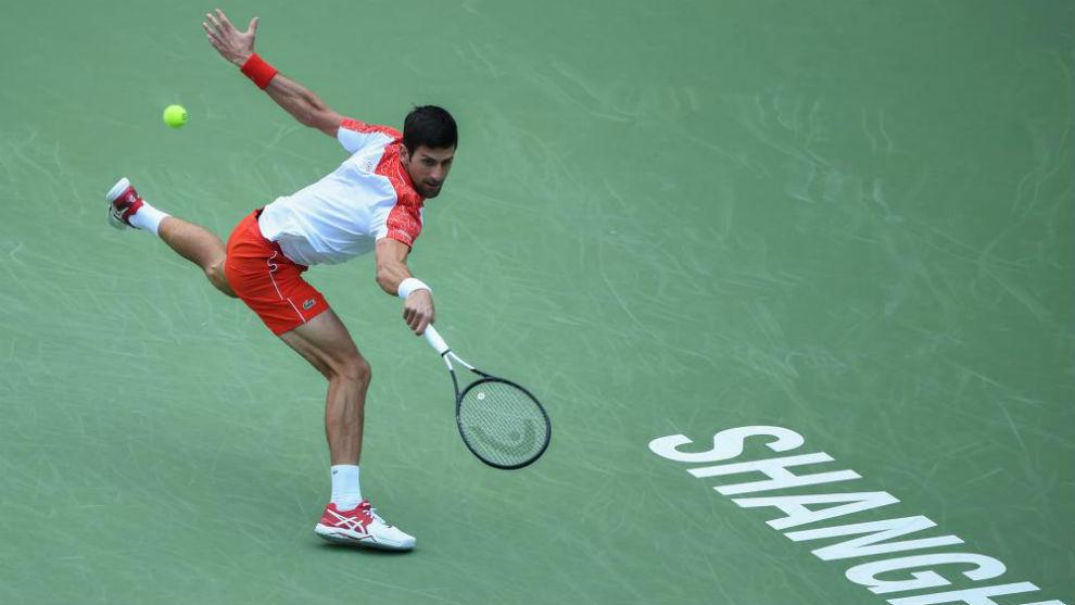 Djokovic llega forzado a una pelota