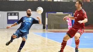 Ricardinho se prepara para golpear el balón en el partido ante el...