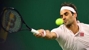 Federer se estira para devolver una pelota