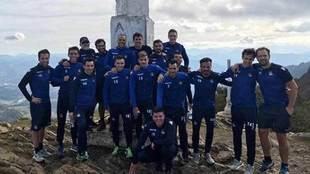 Jugadores de la Real y cuerpo técnico en la cima del monte Hernio.