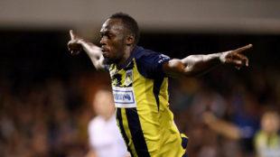 Usain Bolt celebra uno de sus dos primeros goles en Australia.