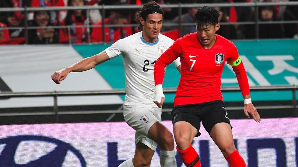 Edinson Cavani presiona a Son Heung-Min durante el partido.