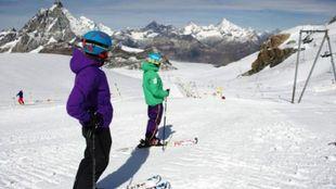 El glaciar Theodul de Zermatt (Suiza) procura el esquí los 365 días...