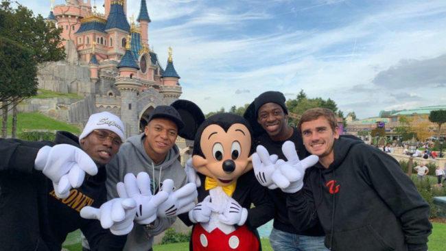 Pogba, Mbappé, Dembélé y Griezmann posan junto a Mickey Mouse.