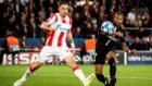 Mbappé dispara ante un defensor del Estrella Roja