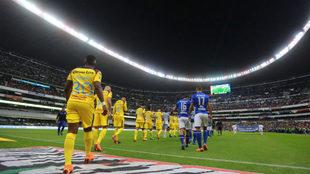 Jugadores del Cruz Azul y América, antes de un partido en el Azteca.