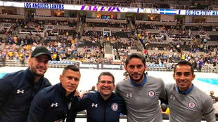Futbolistas de Cruz Azul posan en el SAP Arena