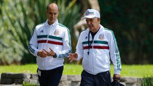 Cantú y Ferretti platican en una concentración del Tricolor.