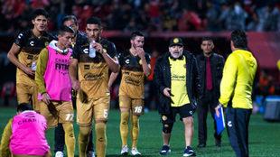 Diego da indicaciones a sus jugadores en la cancha del Estadio...