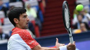 Djokovic se saca una pelota de encima