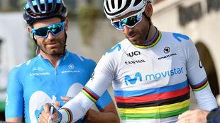 Alejandro Valverde firma la hoja de salida de Il Lombardia junto a su...