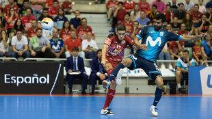 Disputa del balón durante el partido