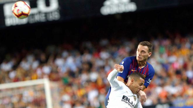 9bc596c5d3 Contratiempo importante para el Barcelona en su defensa. Thomas Vermaelen  cayó lesionado el viernes durante un compromiso con la selección belga y  las ...