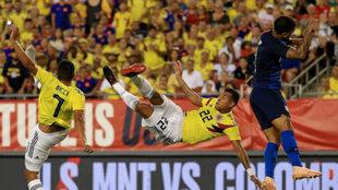Murillo intenta un remate acrobático ante EE.UU.