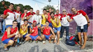 La plantilla de la selección española de balonmano playa celebra el...