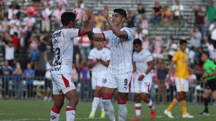 Pulido y Sandoval festejan tras el gol del empate.