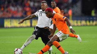 Boateng en una acción ante Holanda.